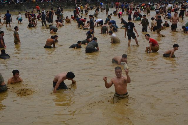 Hàng trăm người tham dự hội bắt cá bằng tay tại Na Hang, Tuyên Quang - Ảnh 7.