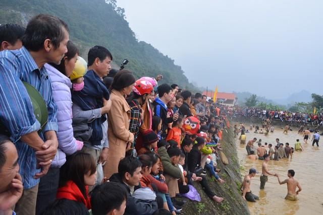 Hàng trăm người tham dự hội bắt cá bằng tay tại Na Hang, Tuyên Quang - Ảnh 1.