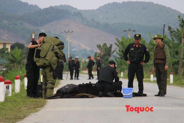Vụ buôn ma túy cố thủ trên xe: Cận cảnh khẩu súng ngắn lên đã đạn của nghi phạm - Ảnh 2.