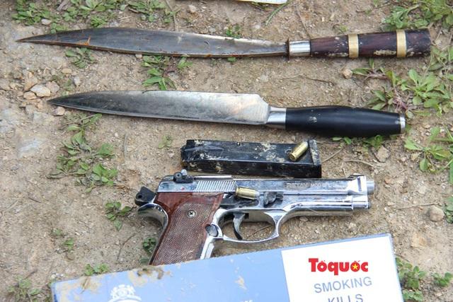 Vụ buôn ma túy cố thủ trên xe: Cận cảnh khẩu súng ngắn lên đã đạn của nghi phạm - Ảnh 8.