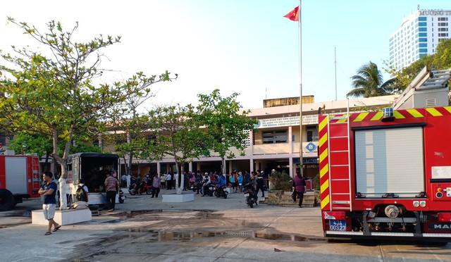 Cháy tại nhà kho trường tiểu học, thầy cô di tản học sinh đến nơi an toàn - Ảnh 1.