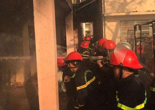 Cháy tại nhà kho trường tiểu học, thầy cô di tản học sinh đến nơi an toàn - Ảnh 2.