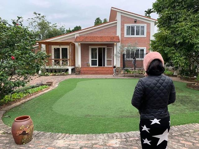 Sân của căn nhà được làm bằng cỏ nhân tạo