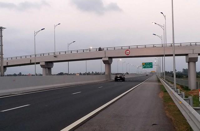 Hàng loạt ô tô trên cao tốc Hạ Long – Hải Phòng bị ném đá - Ảnh 1.