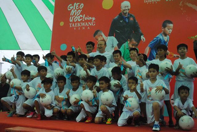 HLV Park Hang-seo ra sân huấn luyện cầu thủ nhí ở An Giang - Ảnh 1.