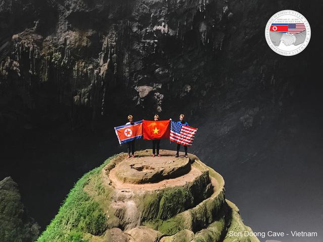 Quốc kỳ Việt - Mỹ - Triều cùng xuất hiện trong hang Sơn Đoòng - Ảnh 1.