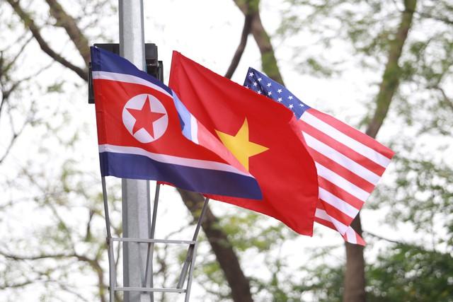 Cái vẫy tay chào của Chủ tịch Kim Jong – un đã thể hiện một Việt Nam thân thiện, mến khách và an toàn ngay những phút đầu tiên - Ảnh 2.