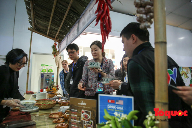 Phóng viên nước ngoài thích thú với ẩm thực Việt Nam - Ảnh 5.