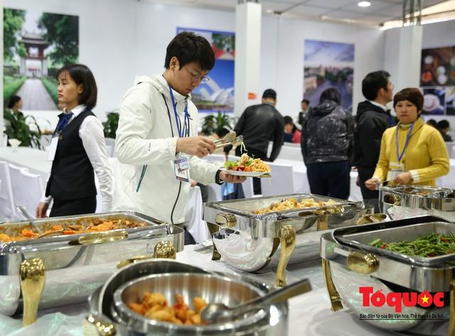 Phóng viên nước ngoài thích thú với ẩm thực Việt Nam - Ảnh 3.