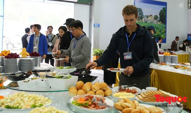Phóng viên nước ngoài thích thú với ẩm thực Việt Nam - Ảnh 15.