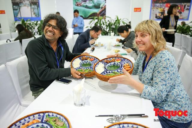 Phóng viên nước ngoài thích thú với ẩm thực Việt Nam - Ảnh 11.