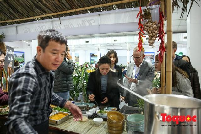 Phóng viên nước ngoài thích thú với ẩm thực Việt Nam - Ảnh 8.