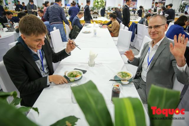 Phóng viên nước ngoài thích thú với ẩm thực Việt Nam - Ảnh 9.