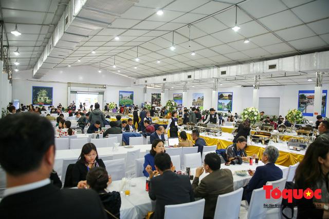 Phóng viên nước ngoài thích thú với ẩm thực Việt Nam - Ảnh 1.
