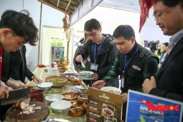 Phóng viên nước ngoài thích thú với ẩm thực Việt Nam - Ảnh 6.