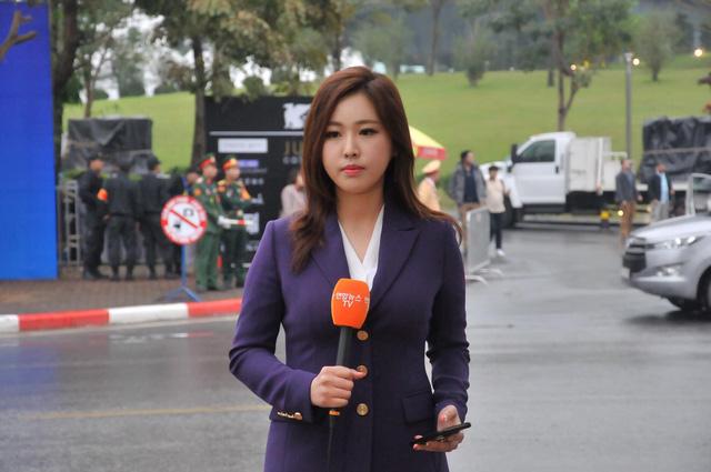 Nữ PV Hàn Quốc hút nhiều ống kính máy ảnh khi tác nghiệp trước khách sạn JW Marriott Hà Nội - Ảnh 1.
