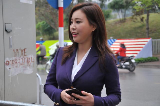 Nữ PV Hàn Quốc hút nhiều ống kính máy ảnh khi tác nghiệp trước khách sạn JW Marriott Hà Nội - Ảnh 2.