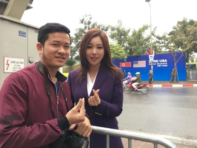 Nữ PV Hàn Quốc hút nhiều ống kính máy ảnh khi tác nghiệp trước khách sạn JW Marriott Hà Nội - Ảnh 3.
