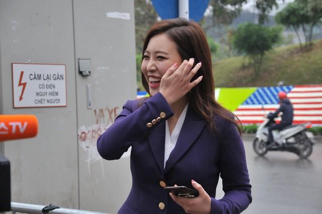 Nữ PV Hàn Quốc hút nhiều ống kính máy ảnh khi tác nghiệp trước khách sạn JW Marriott Hà Nội - Ảnh 4.