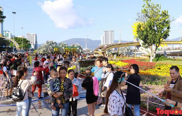 """Lễ hội hoa xuân độc đáo """"Heo vàng gõ cửa"""" diễn ra ở Đà Nẵng - Ảnh 1."""