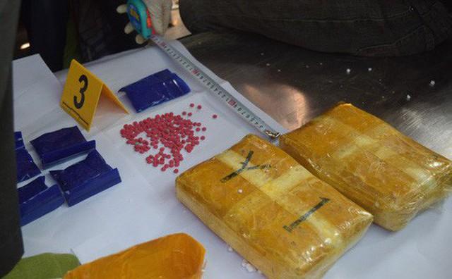 Dùng tiểu sành đựng hài cốt và xe tang để ngụy trang vận chuyển hơn 14 nghìn viên ma túy - Ảnh 1.