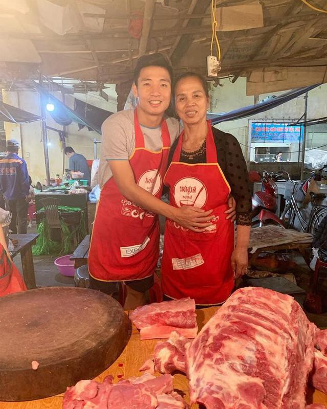 """Chiều 30 Tết, Trung vệ """"thép"""" đội tuyển Việt Nam vẫn ra phụ mẹ bán thịt lợn - Ảnh 1."""