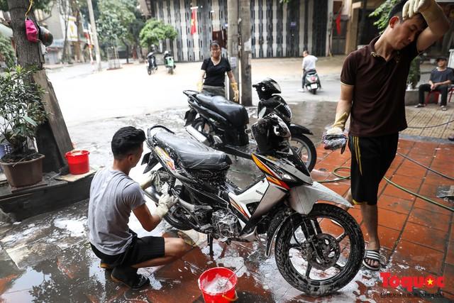 Rửa xe chiều 30 tết: giá tăng 3-4 lần vẫn không ngớt khách - Ảnh 1.