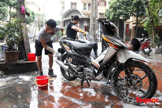 Rửa xe chiều 30 tết: giá tăng 3-4 lần vẫn không ngớt khách - Ảnh 5.