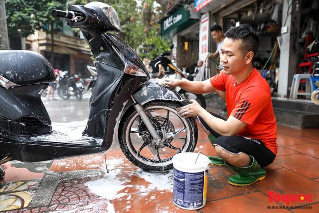 Rửa xe chiều 30 tết: giá tăng 3-4 lần vẫn không ngớt khách - Ảnh 4.