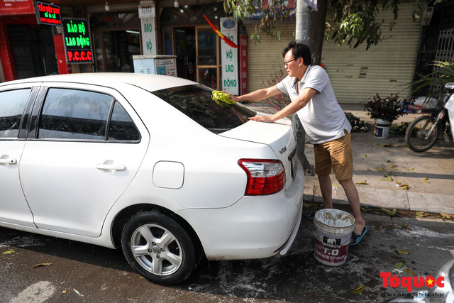 Rửa xe chiều 30 tết: giá tăng 3-4 lần vẫn không ngớt khách - Ảnh 12.