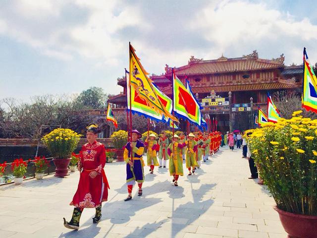 Hàng nghìn du khách đổ về vui Tết tại Hoàng cung Huế - Ảnh 5.