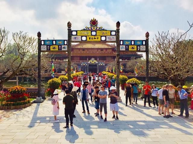 Hàng nghìn du khách đổ về vui Tết tại Hoàng cung Huế - Ảnh 1.
