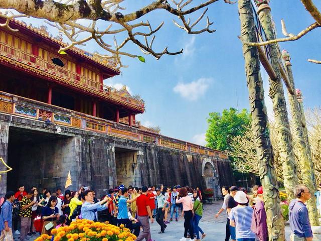 Hàng nghìn du khách đổ về vui Tết tại Hoàng cung Huế - Ảnh 3.