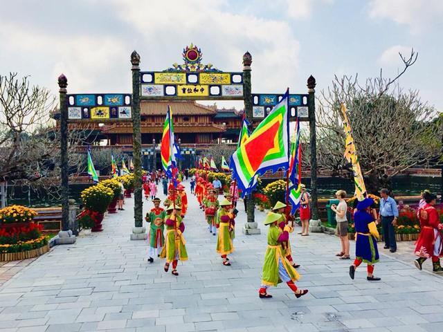 Hàng nghìn du khách đổ về vui Tết tại Hoàng cung Huế - Ảnh 2.