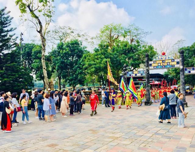 Hàng nghìn du khách đổ về vui Tết tại Hoàng cung Huế - Ảnh 4.