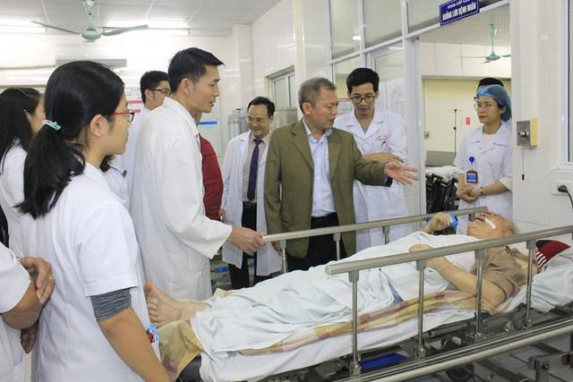 Đêm Giao thừa: Giám đốc Bệnh viện vẫn miệt mài ở giường bệnh - Ảnh 1.