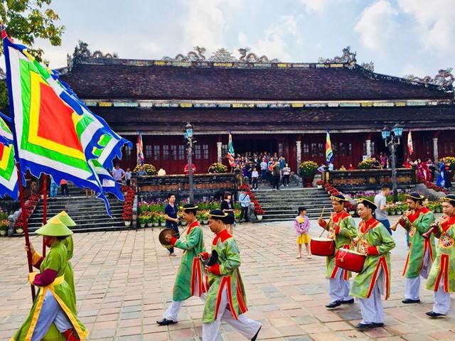 Hàng nghìn du khách đổ về vui Tết tại Hoàng cung Huế - Ảnh 6.
