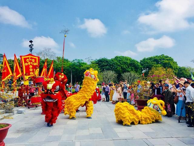 Hàng nghìn du khách đổ về vui Tết tại Hoàng cung Huế - Ảnh 8.