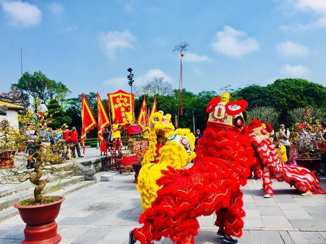 Hàng nghìn du khách đổ về vui Tết tại Hoàng cung Huế - Ảnh 7.