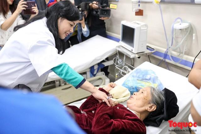 Hình ảnh Bộ trưởng Nguyễn Thị Kim Tiến thăm bệnh nhân tại Hà Nội trong đêm giao thừa - Ảnh 2.