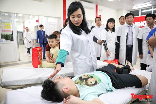 Hình ảnh Bộ trưởng Nguyễn Thị Kim Tiến thăm bệnh nhân tại Hà Nội trong đêm giao thừa - Ảnh 3.