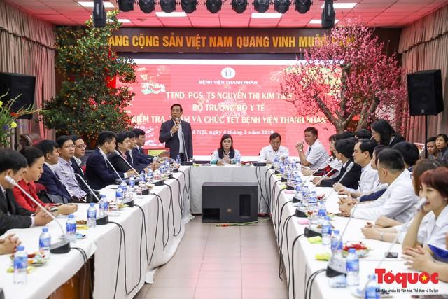 Hình ảnh Bộ trưởng Nguyễn Thị Kim Tiến thăm bệnh nhân tại Hà Nội trong đêm giao thừa - Ảnh 4.