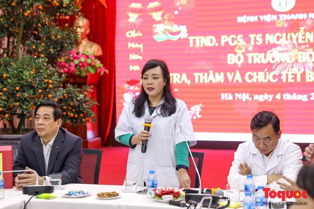 Hình ảnh Bộ trưởng Nguyễn Thị Kim Tiến thăm bệnh nhân tại Hà Nội trong đêm giao thừa - Ảnh 5.