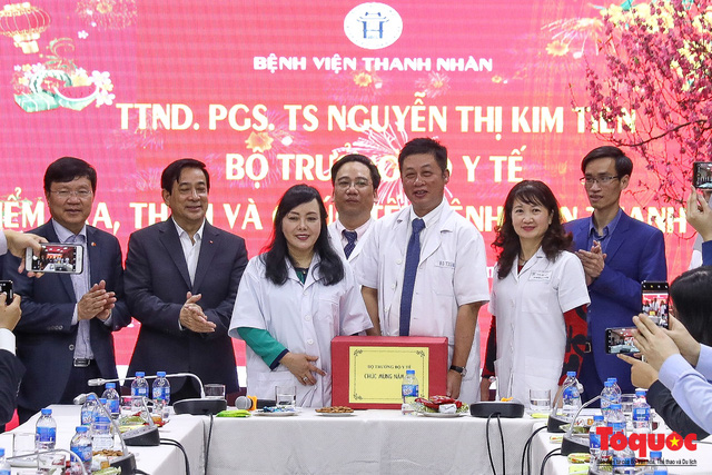 Hình ảnh Bộ trưởng Nguyễn Thị Kim Tiến thăm bệnh nhân tại Hà Nội trong đêm giao thừa - Ảnh 6.