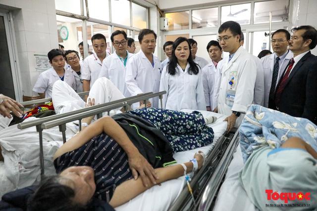 Hình ảnh Bộ trưởng Nguyễn Thị Kim Tiến thăm bệnh nhân tại Hà Nội trong đêm giao thừa - Ảnh 8.