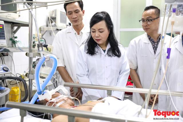 Hình ảnh Bộ trưởng Nguyễn Thị Kim Tiến thăm bệnh nhân tại Hà Nội trong đêm giao thừa - Ảnh 9.