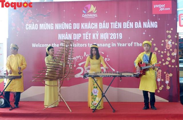 Du khách quốc tế trên chuyến bay đầu tiên của Tết Kỷ Hợi tới Đà Nẵng nói gì? - Ảnh 3.