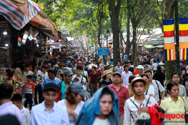 Gần 5 vạn người đổ về lễ phật trước ngày khai hội Chùa Hương - Ảnh 1.