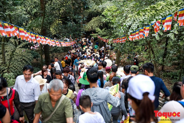 Gần 5 vạn người đổ về lễ phật trước ngày khai hội Chùa Hương - Ảnh 2.
