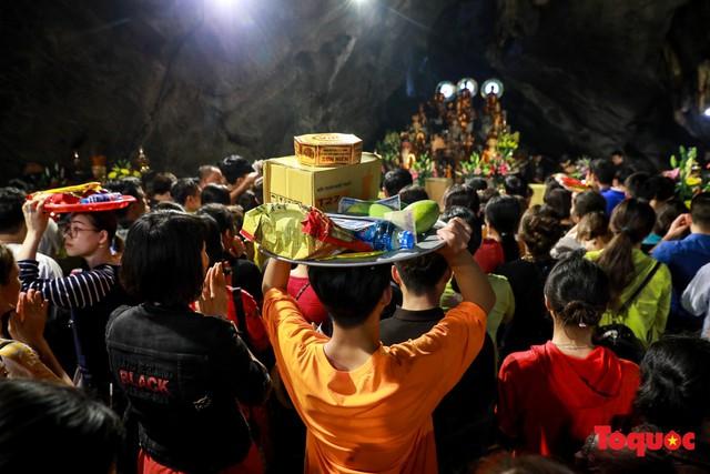Gần 5 vạn người đổ về lễ phật trước ngày khai hội Chùa Hương - Ảnh 14.